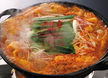 中国料理で辛いといえば四川料理。その代表ともいえるのが、香辛料を効かせた辛さで知られる麻婆です。美の塩麻婆豆腐1050円は普段食べているチョイ辛麻婆と違って、器いっぱいにグツグツさせて登場する見た目にも迫力ある激辛。牛肉の薄切りと豆腐の具材に、刻んだザーサイ・カシューナッツ・ネギをトッピング。ゴロリと乗っているのは四川省の青唐辛子。辛さに加えて旨みがあるのが特徴です。そしてグツグツと煮立つ器の土鍋の上で仕上げのラー油を作るこだわり。出来たてのラー油の香ばしさは絶品で、熱い!辛い!旨い!の3拍子が、食欲を刺激します。辛党でなくても食べたくなるこの旨さ、ぜひお試しを!